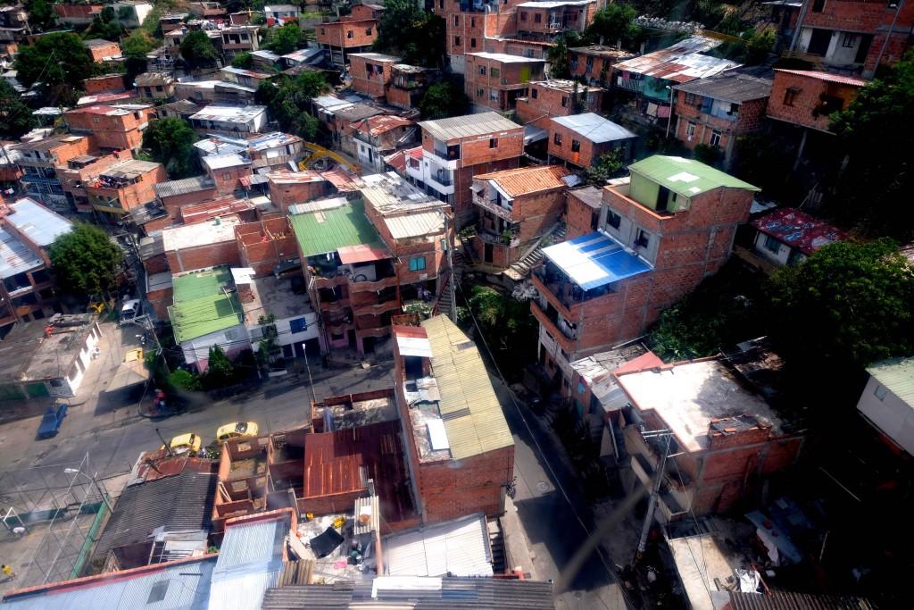 La Comuna n.º 13 San Javier  di Medellín, una delle 16 favelas della città, vista dalla funivia. Foto di Carlo Rotondo