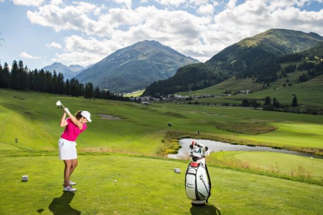 Giocatrice sul campo da golf di Zuoz (foto: by Engadin St. Moritz Byline: swiss-image.ch/Gian Andri Giovanoli).