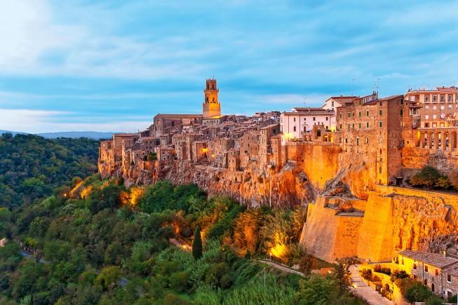 Il borgo di Pitigliano, in provincia di Grosseto (foto: Toni Anzenberger/Contrasto).