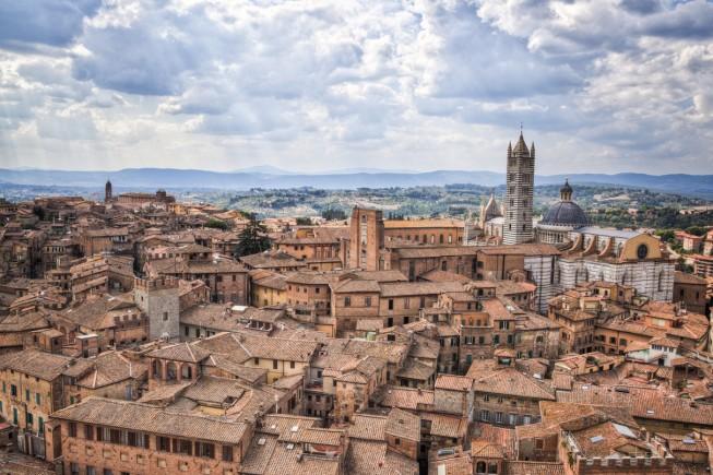 Vista della città di Siena, che a ottobre ospita un'edizione straordinaria del Palio (foto: iStock).