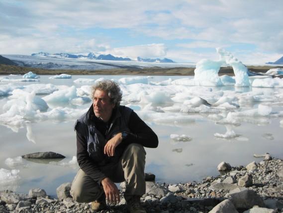 «Siberia, lago Bajkal, La temperatura questa mattina tocca i 28 gradi sotto lo zero, il ghiaccio spesso un metro e 20 centimetri scricchiola sotto i nostri piedi muovendo bolle d'aria intrappolate nel gelo. Dalle pareti verticali delle piccole isole, quasi relitti rocciosi in una immobile deriva, si allungano verso il lago stalattiti di ghiaccio di un azzurro profondo. Si formano così grotte ed anfratti che diventano irreali giardini alieni di pianeti lontani».    Marco Stoppato, fotografo per Dove.Reporter – vulcanologo milanese, è nato nel '62. Dalla laurea in geologia porta avanti insieme l'impegno nella ricerca scientifica e le foto di viaggio. Raccontando il bello del pianeta.  marcocarlostoppato.com