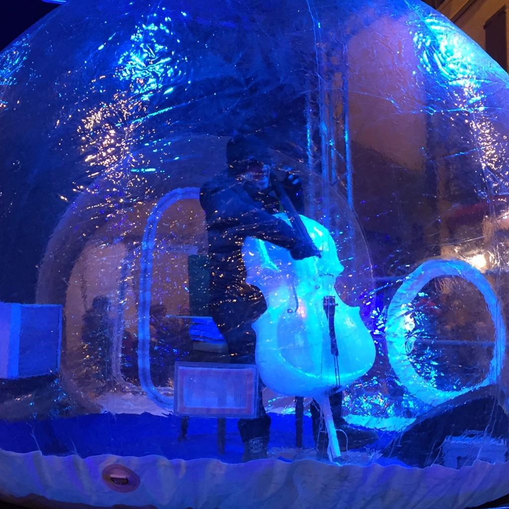 Giovanni Sollima suono un violoncello di ghiaccio a Ponte di Legno - Ice Music Festival