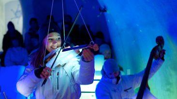 Una violinista con il suo strumento fatto di ghiaccio - Ice Music Festival