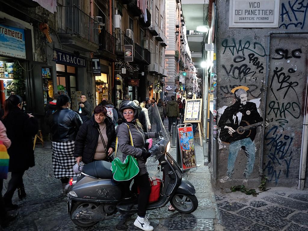 Un graffito dedicato a Pino Daniele in Vico dei Panettieri, dietro via Duomo (Foto di Carlo Rotondo).