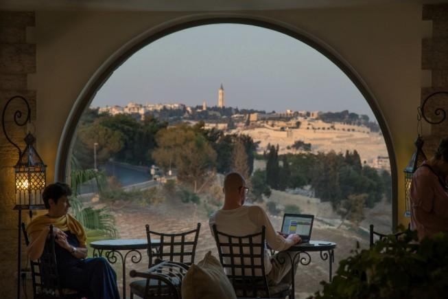 Gerusalemme. Vetrata della hall del Mt.Zion Hotel (foto di Daniele Pellegrini)
