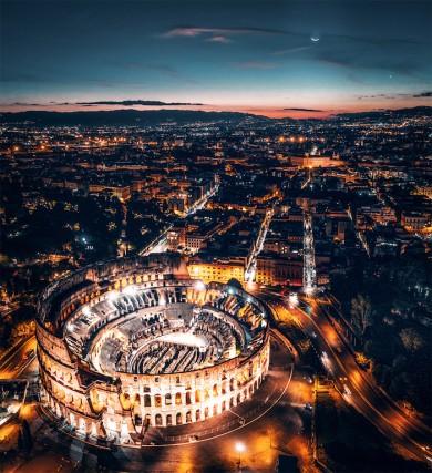 «Premio del pubblico»: il fotografo Mauro Pagliai e il suo scatto intitolato «Ancient Moonlight» con il Colosseo e Roma coperti da un magico chiaro di luna.