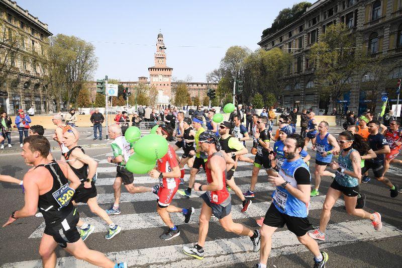 I runners della Milano Marathon in un passaggio nei pressi del Castello Sforzesco - credit La Presse