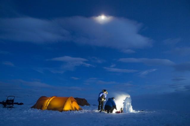 Un momento della Fjällräven Polar: sei giorni e 300 chilometri di deserto artico guidando una slitta trainata dai cani e dormendo in tenda nel parco nazionale di Abisko, in Svezia