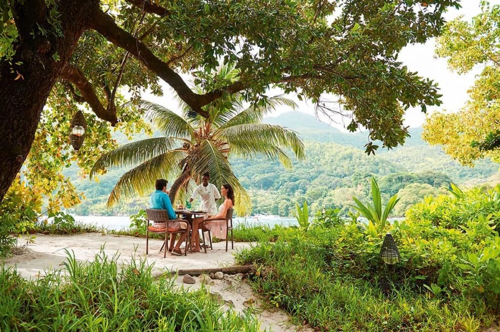 Pranzo in spiaggia al Cyann, ristorante del Constance Ephelia, a Mahé, nelle Seychelles.