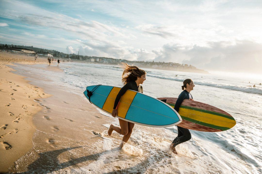 Donne surfiste