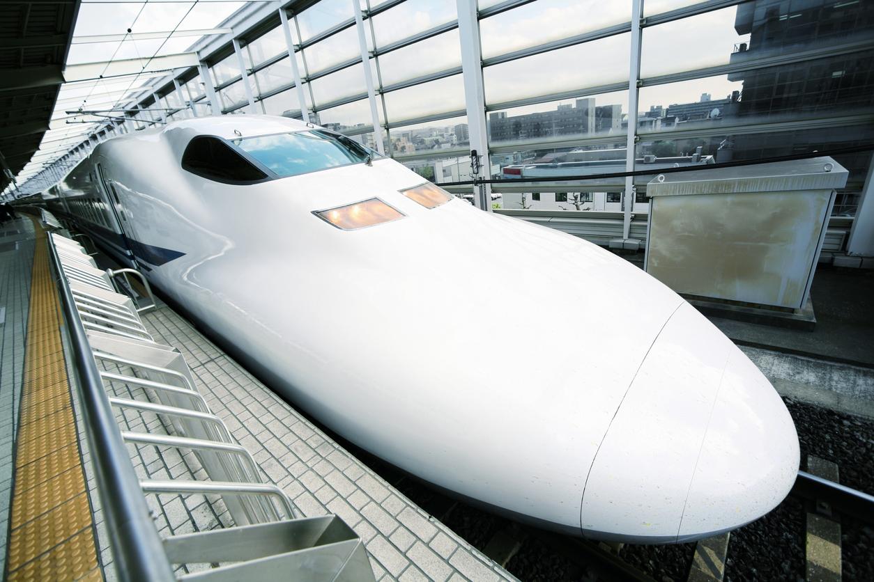 Il muso del treno super veloce Shinkansen (Stock)