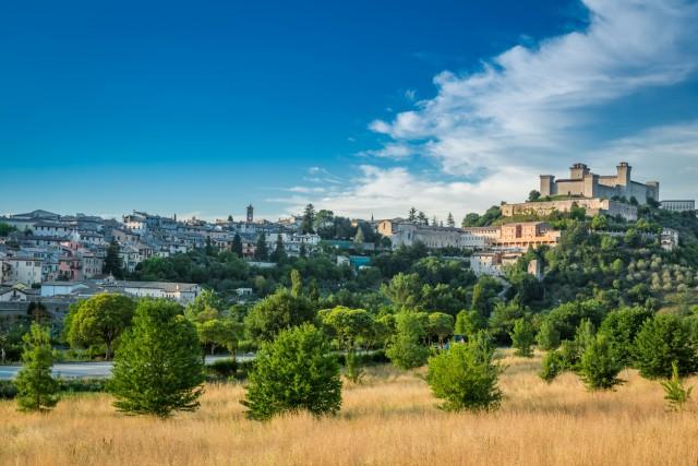 Intorno a Spoleto, una campagna punteggiata da ulivi, costelli e borghi, da visitare facendo una deviazione lungo il percorso della ciclovia.