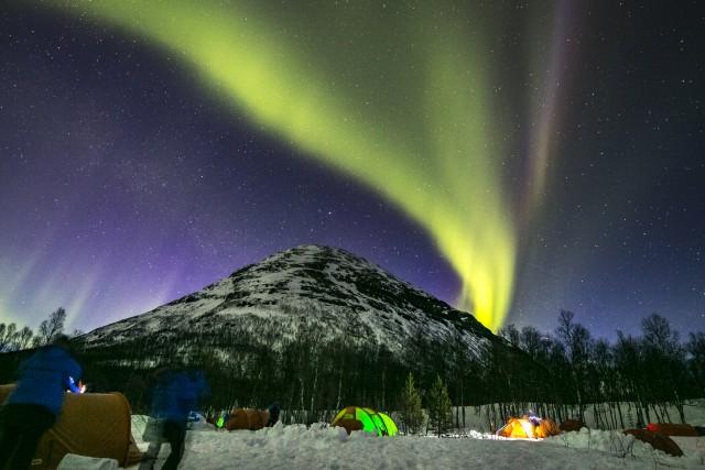 Il più grande spettacolo al mondo: l'aurora boreale, eccezionali tempeste magnetiche solari che sospingono nel cosmo folate di particelle energetiche, tingendo di verde, rosso e viola le lunghe notti artiche