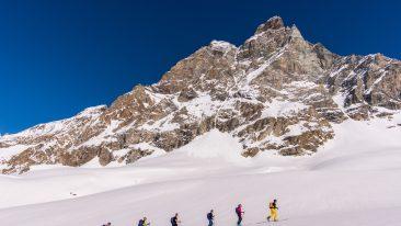 Scialpinisti ai piedi del Cervino, con Hervé Barmasse (foto di Marco Spataro)