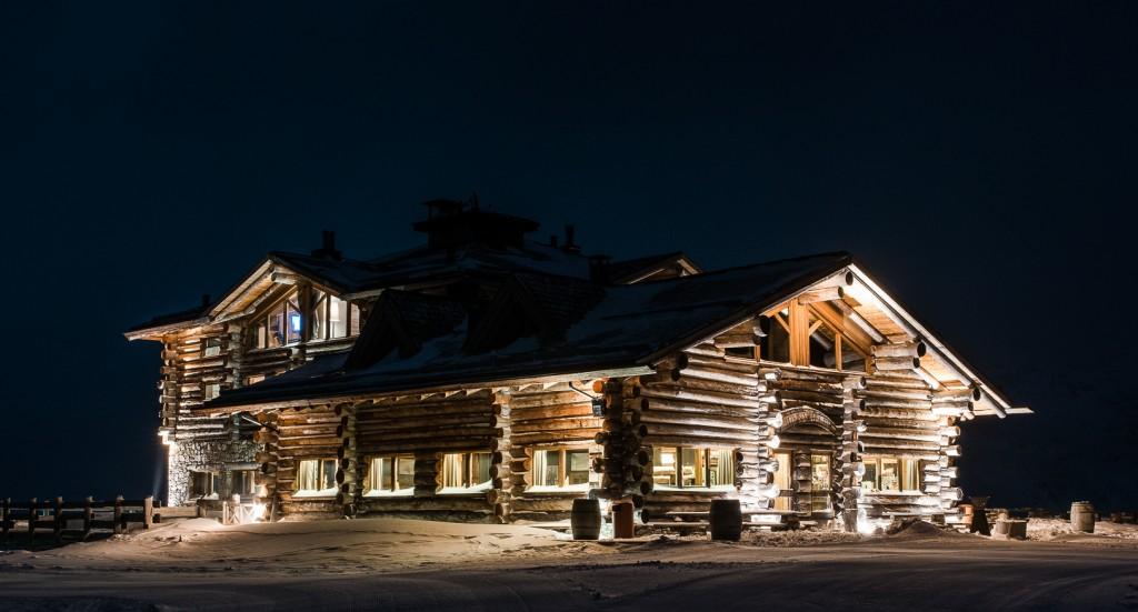 Un'immagine notturna del Sunny Valley Mountain Lodge, a Santa Caterina Valfurva