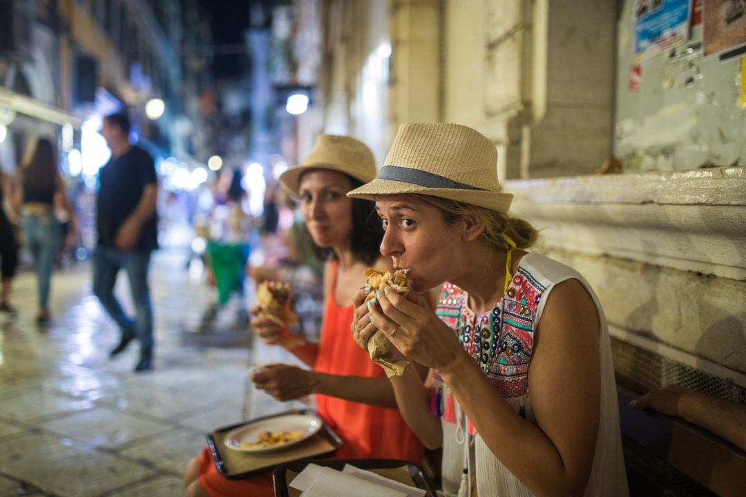 A Firenze non si può mangiare in strada