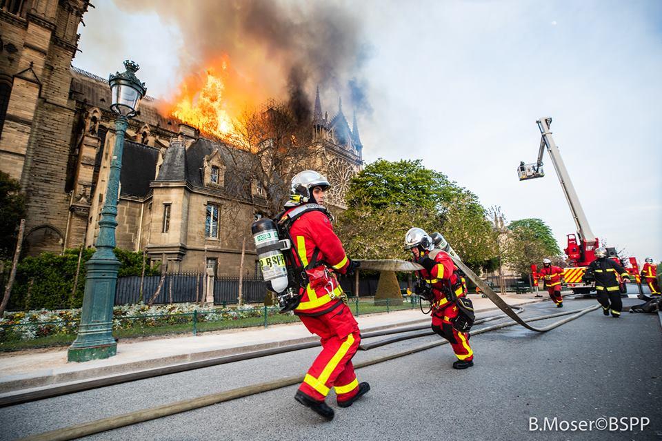 I vigili del fuoco di Parigi al lavoro per salvare la cattedrale (ph: Facebook/Pompiers de Paris)