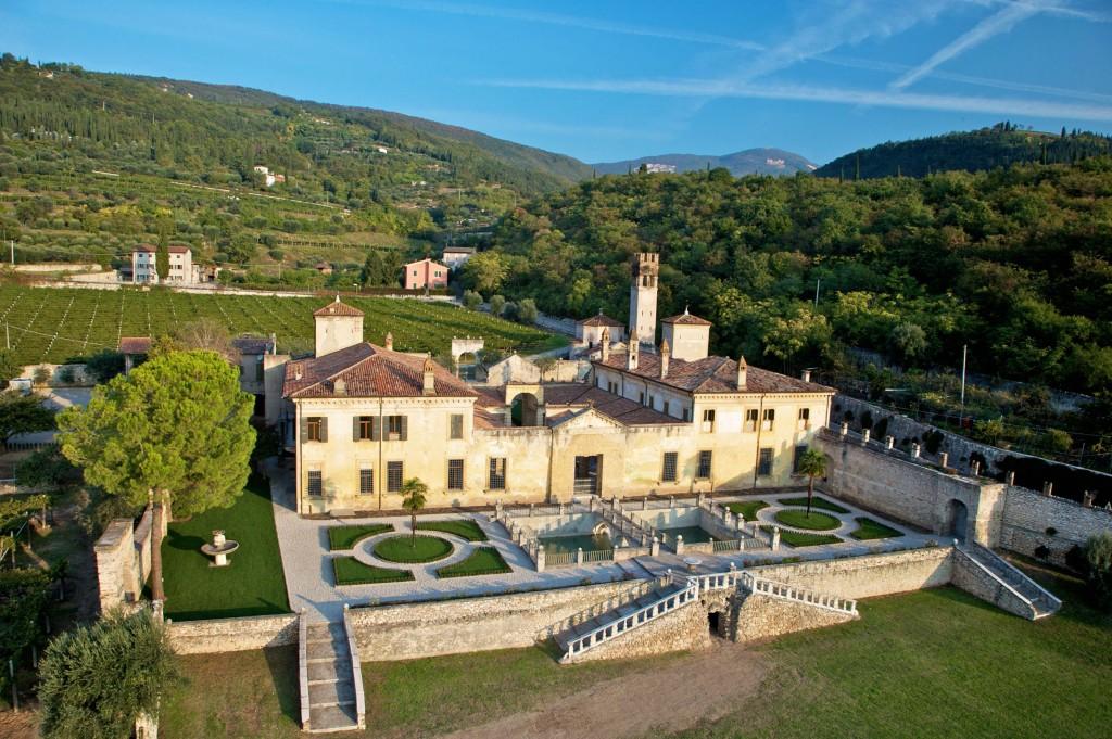 Veduta orientale di Villa Della Torre. La costruzione porta la firma di Giulio Romano, uno dei più importanti architetti del Rinascimento.