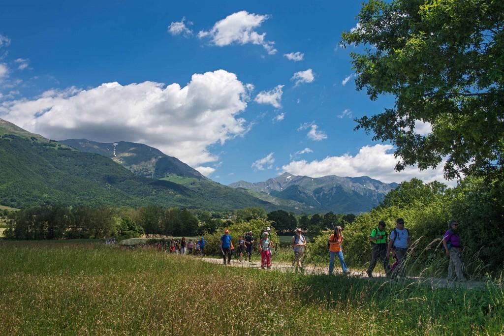 Escursionisti-(sullo-sfondo-i-Monti-della-Laga-002