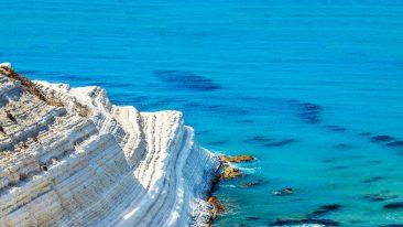 Le falesie di scala dei Turchi, lungo la costa di Realmonte. Foto: Alessandro Saffo/SIME