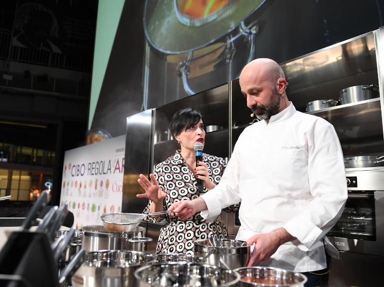 Angela Frenda, direttrice artistica di Cibo a regola d'arte e responsabile editoriale di Cook, insieme allo chef Niko Romito.