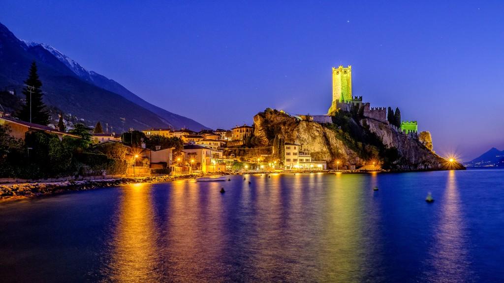 Una suggestiva immagine notturna di Malcesine, sulla sponda veronese del Garda