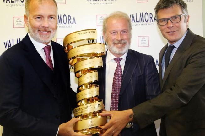 Paolo e Mario Damilano del Gruppo Pontevecchio e Paolo Bellino di RCS Sport con il trofeo del Giro d'Italia 2019