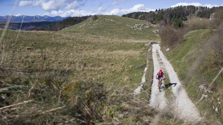 Foto In mountain bike, dalla montagna al mare