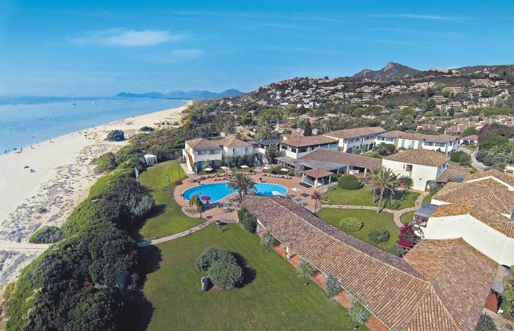 Veduta dall'alto del Veraclub Costa Rei, fra mare e macchia mediterranea