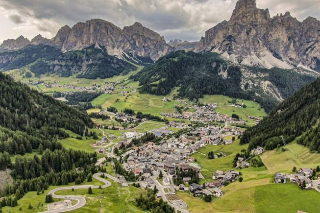 Il paese di Corvara, in Alta Badia, con il maestoso Sassongher