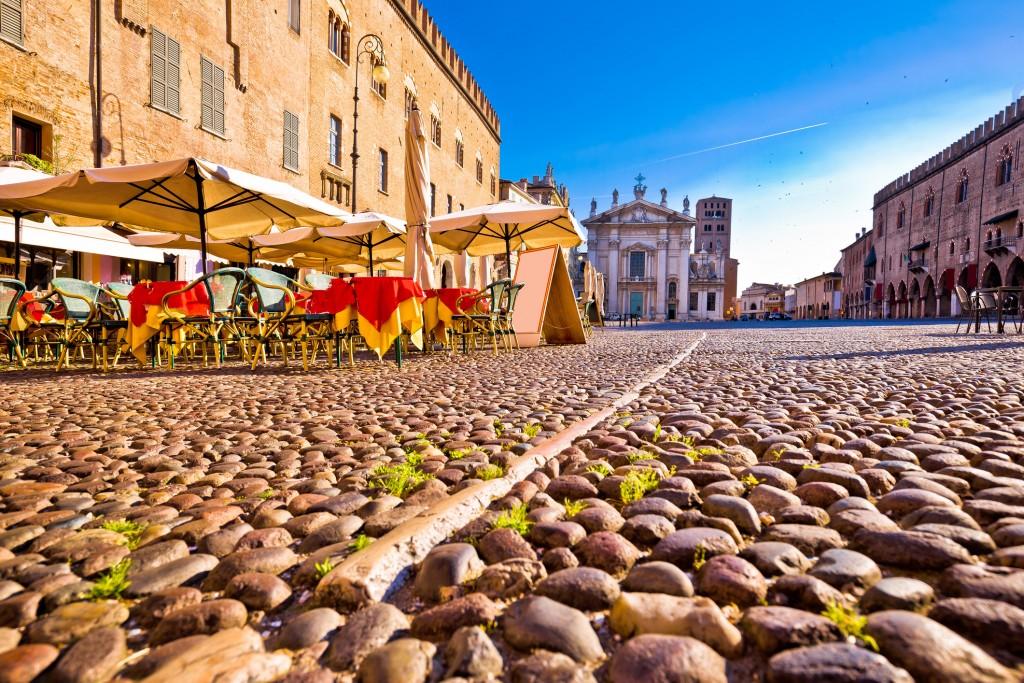 Piazza Sordello a Mantova. Sullo sfondo la Cattedrale di San Pietro (ph: iStock)