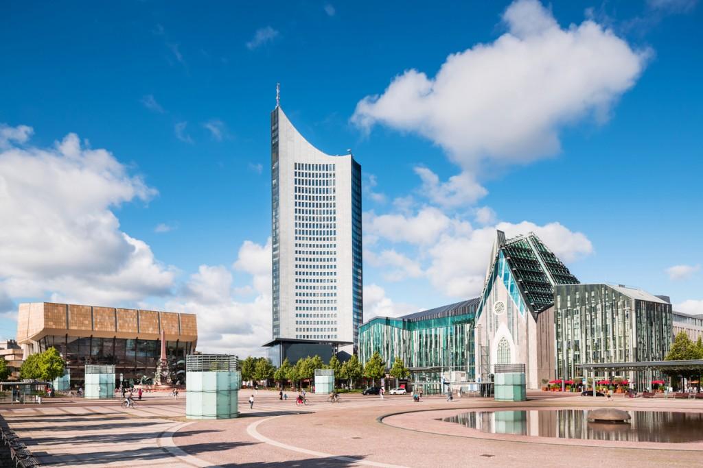 SuAugustusplatz affacciala nuova ala dell'Università di Lipsia, costruita in vetro e cemento.