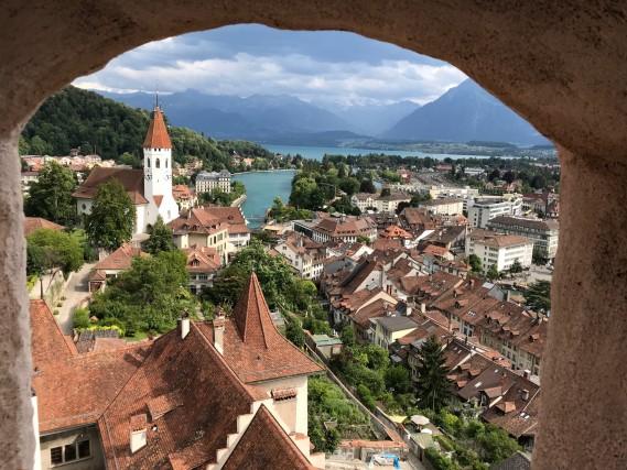 La città di Thun segna l'ingresso nell'Oberland bernese. Si devono salire numerose scale interne e esterne per raggiungere la sommità della torre del castello. Mentre l'edificio risale al XII secolo, lo straordinario tetto a torre è del XV secolo, costruito dai Bernesi. Da lì si gode una suggestiva vista sulla città, sul fiume Aare, sul lago e sui monti che la circondano.