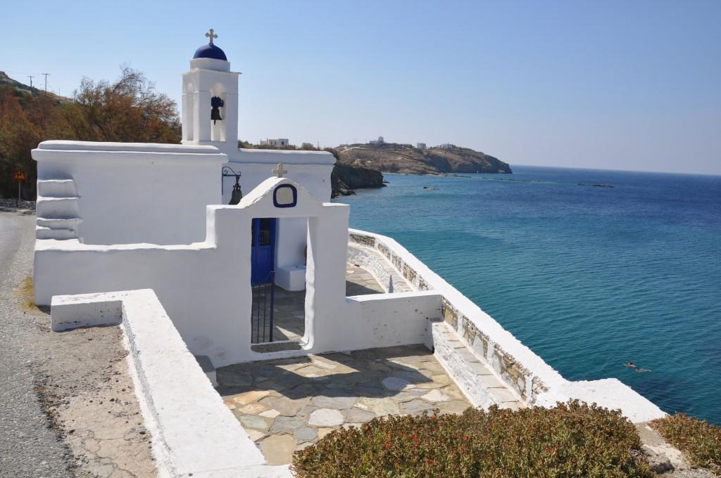 La spiaggia di Kalivia, su cui affaccia il ristorante o Ntinos (ph: Valentina Castellano Chiodo).