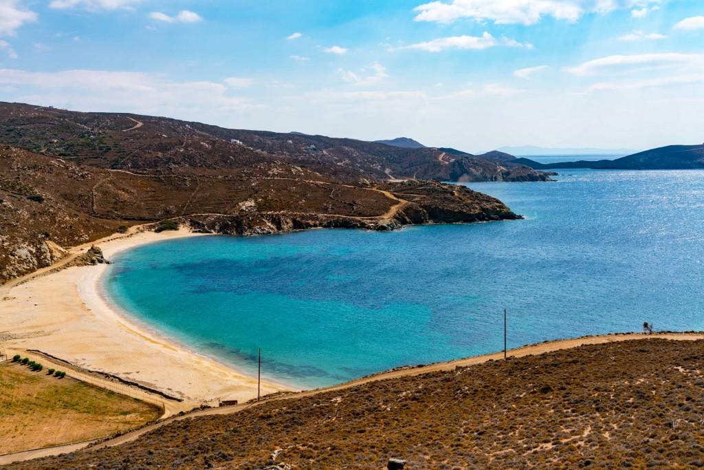 Cosa fare ad Andros: un tuffo davanti alla spiaggia di Vlychada