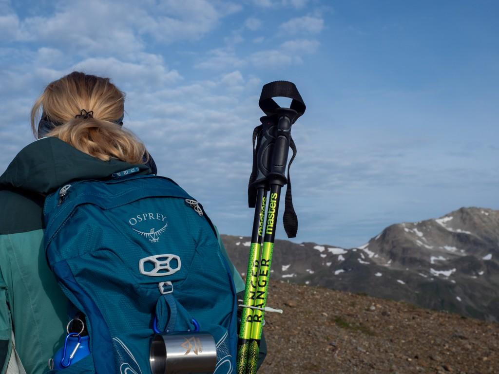 Per vivere la montagna in sicurezza, anche d'estate, l'equipment tecnico è fondamentale: zaino in spalla, scarponcini e bastoncini per il trekking, casco e occhiali per la bici.