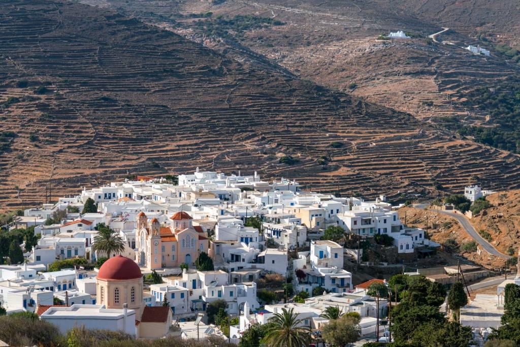 Vista panoramica su Pyrgos, paesino di case bianche a Tinos (ph: Marisa Montibeller/DOVE).
