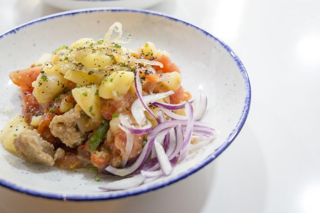 Insalata payesa, piatto tipico dell'isola di Formentera a base di pesce secco, patate, cipolle, pomodori e altri ortaggi.