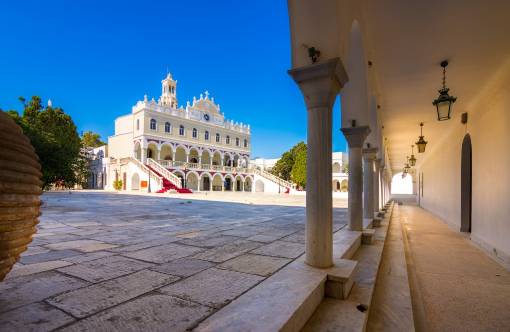La famosa chiesa Panagia Megalochari Evangelistria, a Tinos (ph: iStock).)