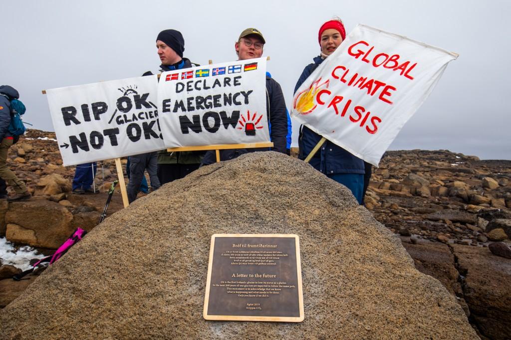 Alcuni attivisti presenti al funerale del ghiacciaio l'Okjokull, in Islanda (ph: Seva Project).
