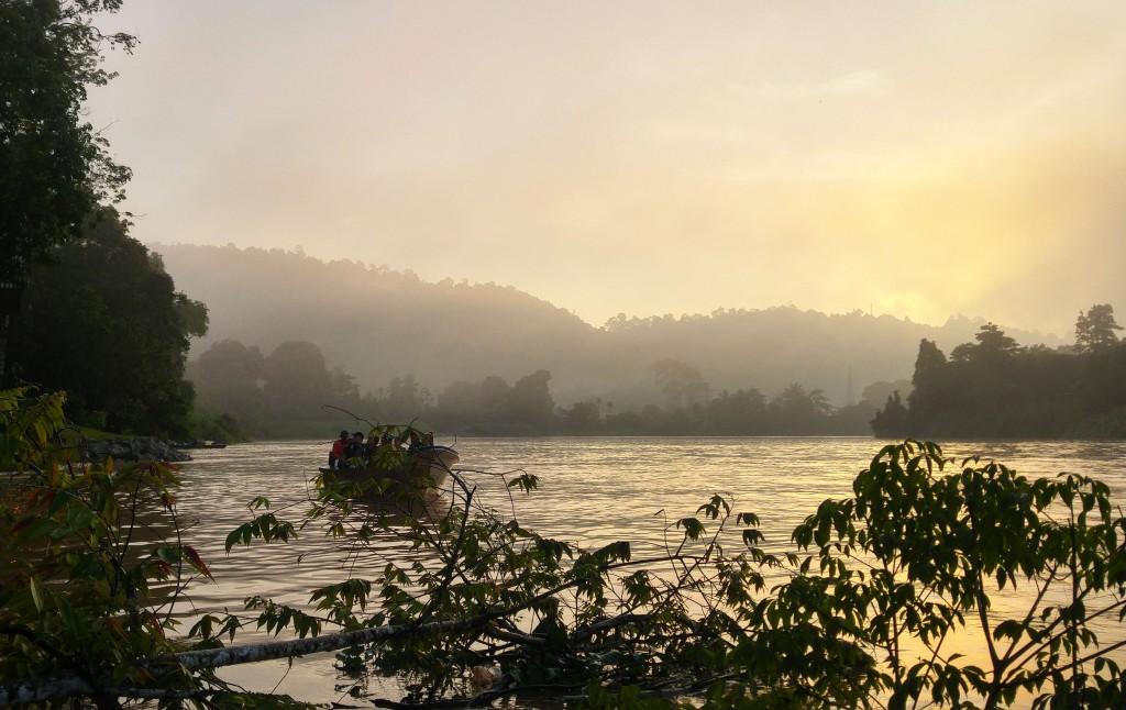 In barca all'alba sul fiume Kinabatangan, fiume del Borneo Malese (foto: Alessia Merati).