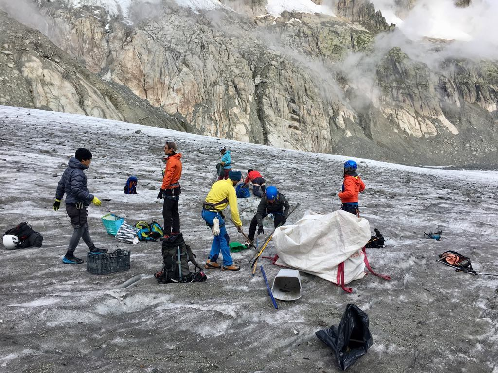I volontari ripuliscono la Mer de Glace