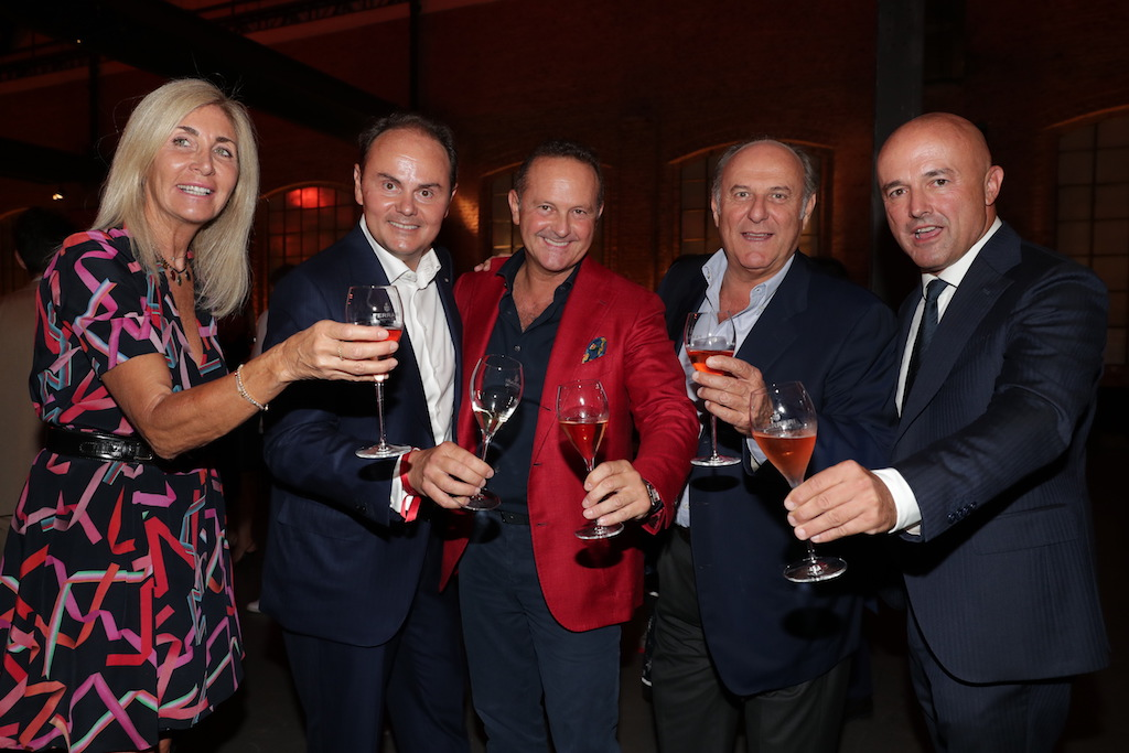 Nella foto: Matteo Lunelli, presidente delle Cantine Ferrari, il ristoratore Francesco Cerea, Gerry Scotti con la compagna Gabriella Perino, e il giornalista Gianluigi Nuzzi.