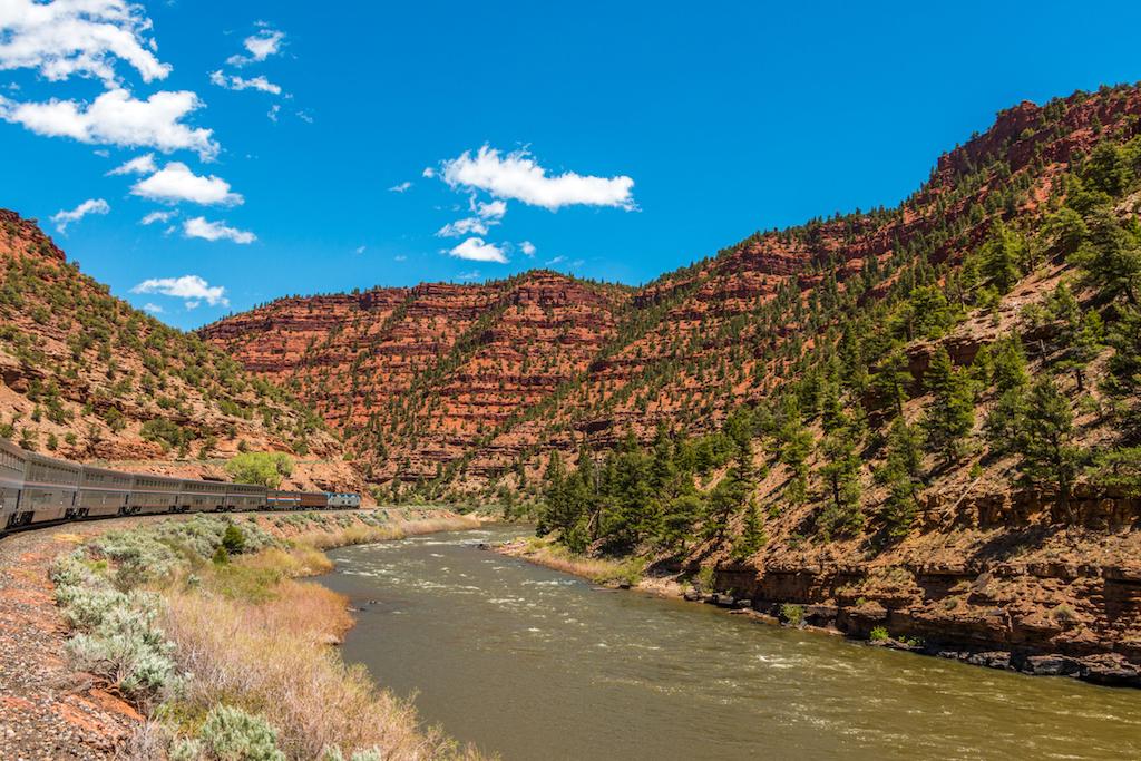 Il California Zephyr in viaggio lungo il suggestivo Colorado River (iStock)