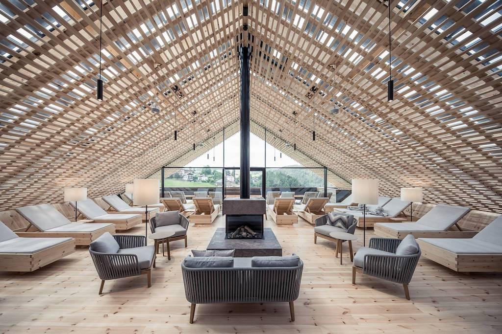 """L'albergo, caratterizzato da uno stile """"casual luxury"""", ha ambienti luminosi con tantissimi dettagli ricercati."""