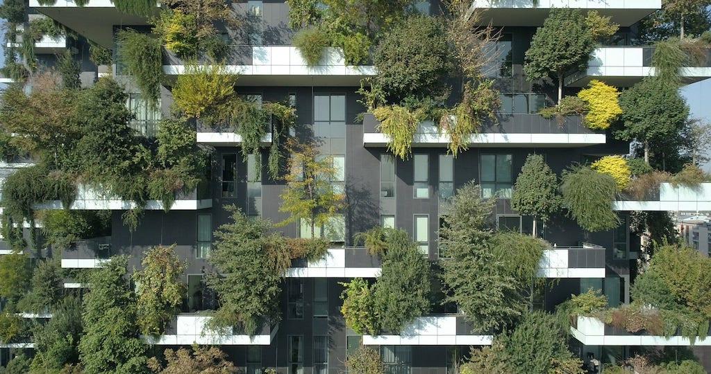 Il Bosco Verticale, realizzato nel 2014, si trova a Milano nell'area di Porta Nuova. (Stefano Boeri Architetti)