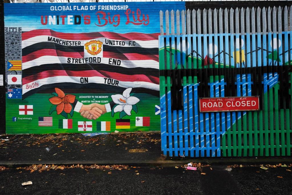 Il cancello che separa, lungo il Muro della Pace, la cattolica Falls Road e la protestante Shankill Road a belfast. Foto di Carlo Rotondo