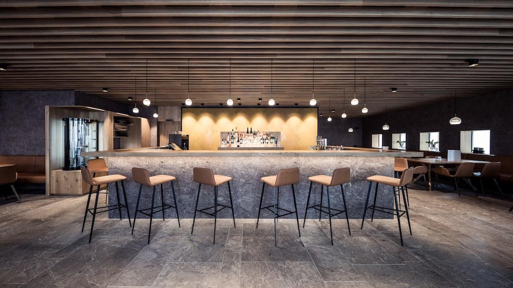 Recentemente ristrutturato, l'Hotel Lamm ha saputo conciliare un design moderno ed elegante con il sapore della tradizione altoatesina. Nella foto il bar della struttura.