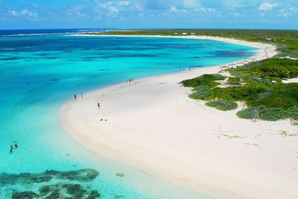 L'Isola corallina di Anegada e la sua incantevole spiaggia Loblolly Bay, perfetta per lo snorkeling (ph: BritishVirginIslands)