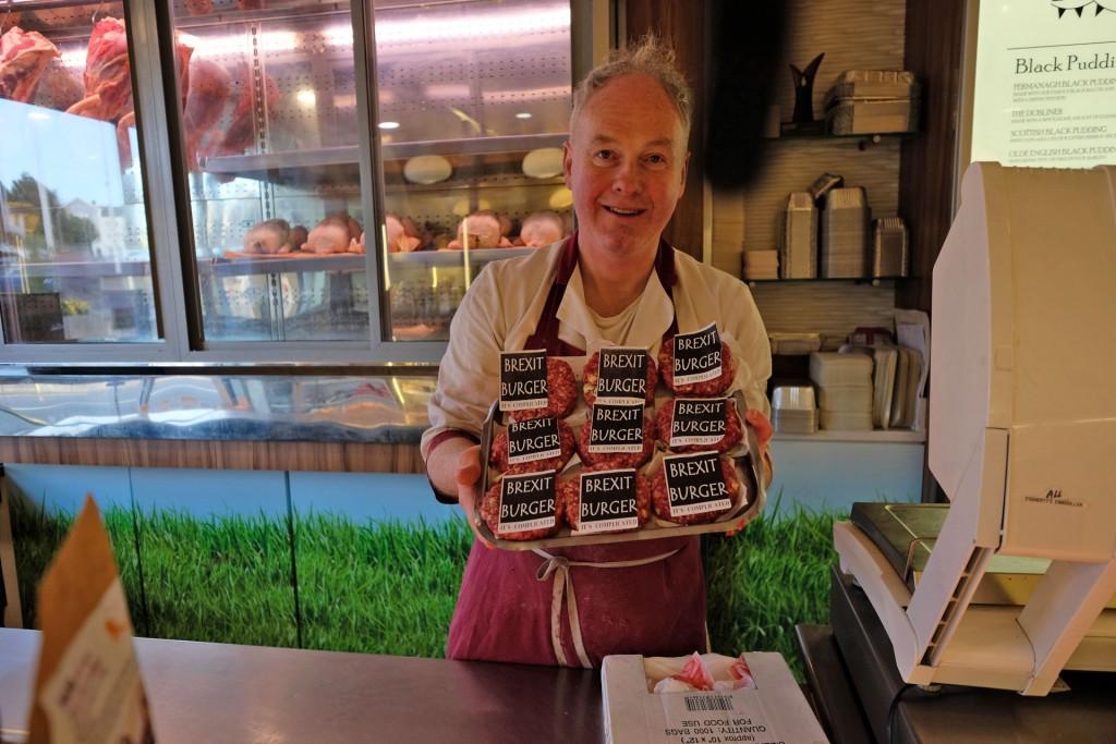 """Il macellaio di Enniskillen ha inventato il """"Brexit Burger"""": nel migliore dei casi, dice, sarà insapore. Nel peggiore disgustoso. Un omaggio all'ironia irlandese. Foto di Carlo Rotondo"""